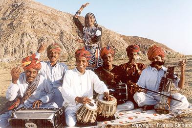 Мусафир - Кочевники из Раджастхана (слева направо: фисгармония, кхартал (ручные