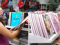 Evite levar as crianças para comprar material escolar