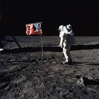 Aldrin pone la bandera de EEUU en la superficie lunar. NASA