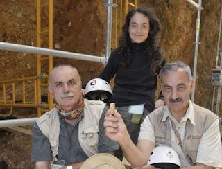 Eudal Carbonell, Gala Gómez y José María Bermúdez de Castro, con el fósil. Fundación Atapuerca