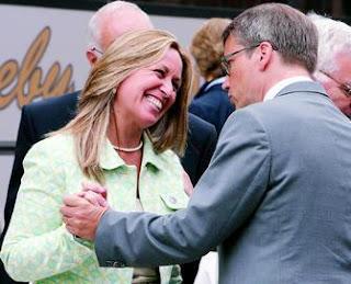 La ministra de Sanidad saluda a su homólogo sueco, Göran Hägghund