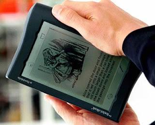 Un lector sujeta su libro electrónico. Reuters
