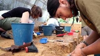 Jóvenes arqueólogos trabajan en el yacimiento de Irikaitz, ayer, en Zestoa. (Javi Colmenero)
