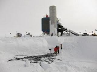 Los registros de los sensores del observatorio IceCube se transmiten por cables desde las perforaciones en el hielo hasta los ordenadores del laboratorio. J. HAUGEN