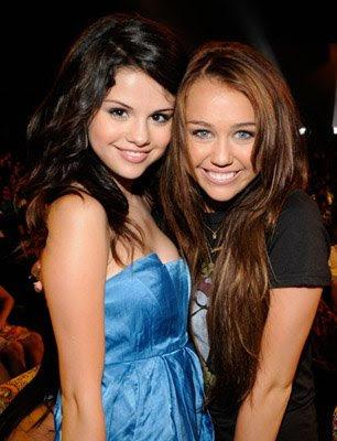 fotos de selena gomez y demi lovato. house Selena Gomez helped