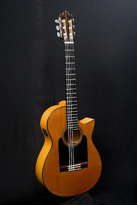 Guitarra+Cl%C3%A1sica+Electroac%C3%BAstica,+escala+65+cm.+Cedro+Rojo+y+Cipr%C3%A9s,+lustrada+a+gomalaca.JPG