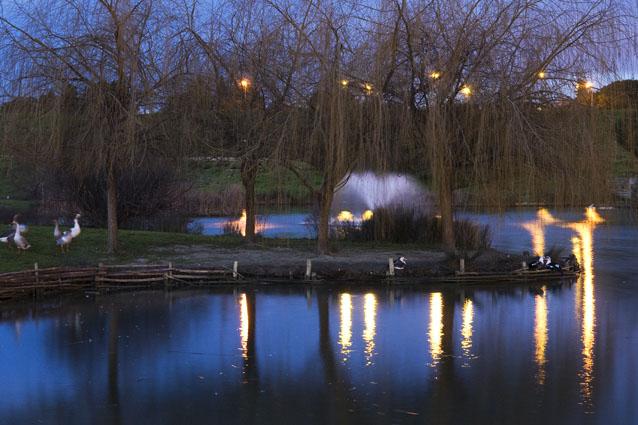 Um lago que acorda vestido de azul - Parque da Paz, Almada