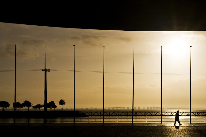 Passos em contra luz - Parque Expo, Lisboa