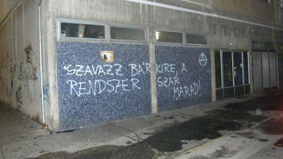 anarchia, óbuda, graffiti, rendszerkritika,  Szavazz bárkire, a rendszer szar marad.