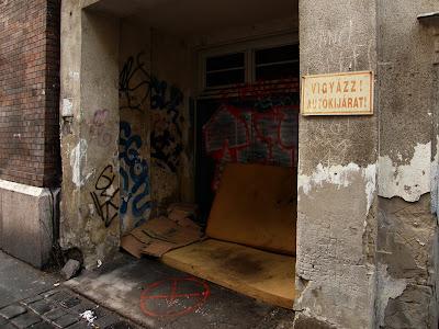 Budapest, vigyázat, IX. kerület, Kinizsi utca, autókijárat, Magyarország, városkép, városvédelem, vicces, hajléktalan