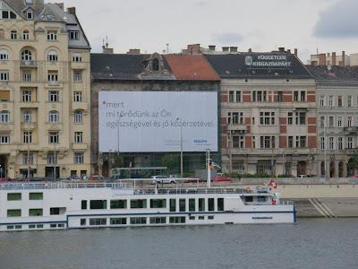 Belgrád rakpart,  belváros, V. kerület, Magyarország, reklám, molinó