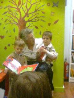 Ángela con dos niños, contando cuentos