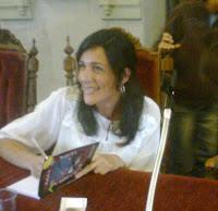 Susana firma ejemplares, sonriente