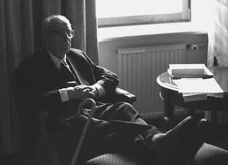 Лихачев в галстуке и тапочках фото Юрия Роста
