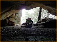Lo significativo de esta cavidad nos hizo pensar que estábamos ante la Majada de la Quila, pero esábamos equivocados.  Esta cueva no obstante es un buen vivac para un grupo de 5 o 6 personas, lo peor es que dentro no se puede estar de pie. Las coordenadas son 30 T 425027 4514539