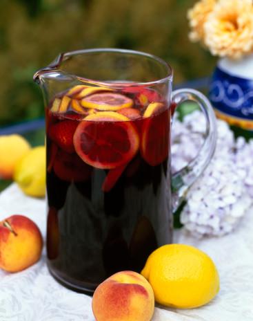 sangria a sangria é uma bebida ou coquetel feita com base numa ...