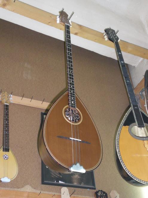 bouzouki trichorde ( trois fois deux cordes )