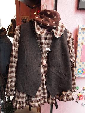 Gilet en gros drap de laine marron et chemise en coton écossais marron