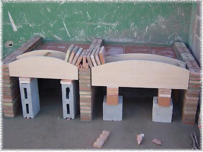 arcos finalizados se rejuntan con mortero y se lava la junta con esponja se comienza a colocar los baldos que harn la repisa de la barbacoa