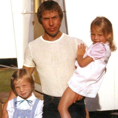 John Huff med sine døtre som børn