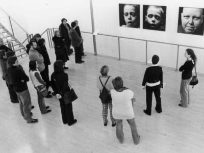 Udstilling med billeder af døde mennesker