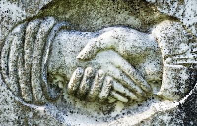 Håndtryk hugget i sten