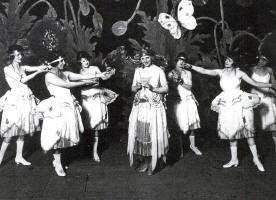 Ingeborg Bruhn Bertelsen synger Lille sommerfugl - Tivolirevyen 1921, Her og der