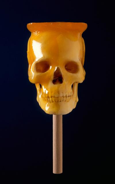 Kranium på pind, indhyllet i karamel