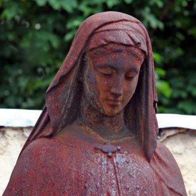 Rusten statue af pige, på kirkegården Cimetière du Montparnasse, Paris