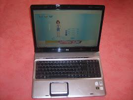 Caroline utilise un ordinateur portable
