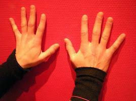 Charlotte utilise ses mains
