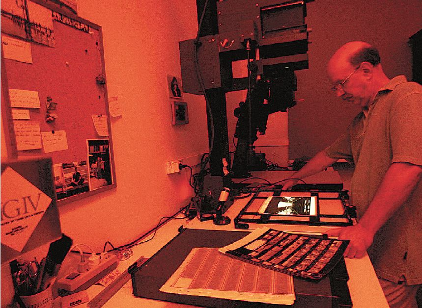 Σε ένα φωτογραφικό εργαστήρι, την ώρα της εκτύπωσης των αρνητικών