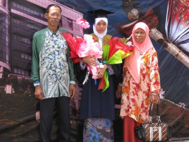 HJ MISKAH & HJH MISKIAH serta nor azimah di graduation day UiTM 2008 shah alam