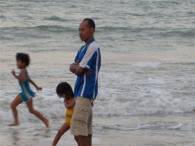 baywatch : Azmi ( abg Long ) sedang perhatikan anak2 bermain pantai