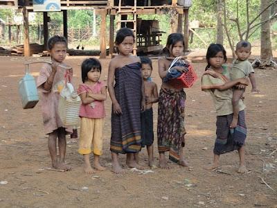 Copii desculti in Laos