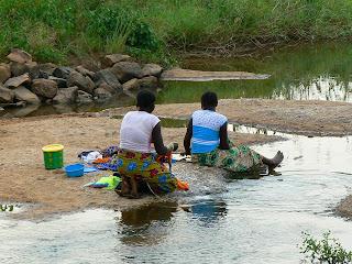 Imagini Mali: spala rufele la rau