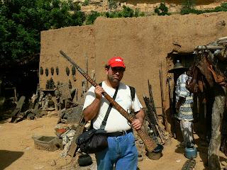 Imagini Pays Dogon: cu o pusca de vanator malinez