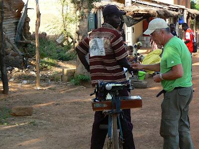 Imagini Mali: Frank negocind sa-si coasa pantalonii