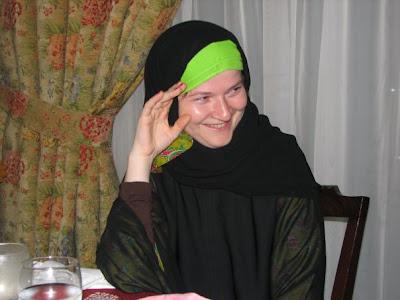 cum arata costumul de femei in Arabia Saudita: abaya