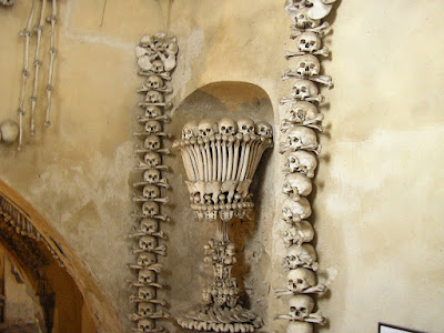 Imagini Cehi: ornamentatii oase in Kutna Hora