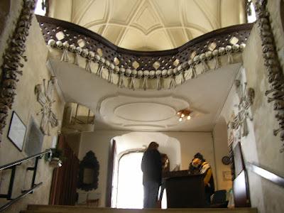 Imagini Cehia: Kutna Hora intrarea in biserica cu oase