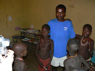Imagini Etiopia - scoala in sat african - Hamer, profesorul cu premianta