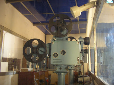 Obiective turistice Cuba: aparat de proiectie cinema antic Trinidad