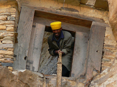 Imagini Etiopia: calugarul prietenos, liftul de la Debre Damo Tigray