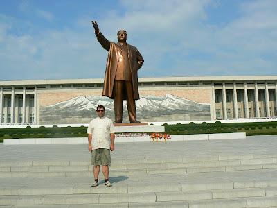 Imagini Coreea de Nord: statuia lui Kim Ir Sen din Phenian