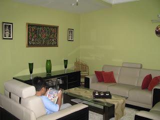 moden 3+2+1 berwarna beige. Warna dinding ditukar kepada warna hijau ...