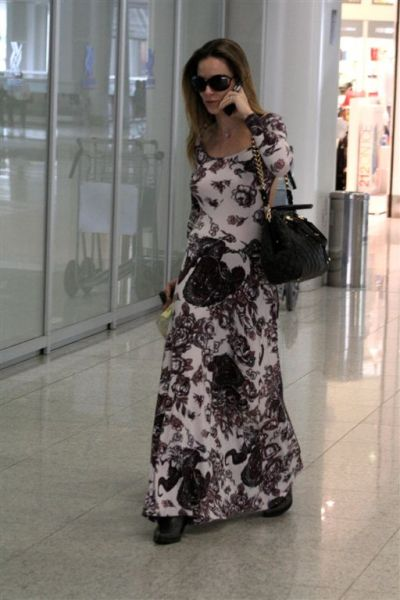 http://4.bp.blogspot.com/_DfTuDEa7DWw/TG3q_ihWdxI/AAAAAAAACG4/Cbw6aBnLSQI/s1600/ana-furtado-opta-por-vestido-longa-estampado-para-viajar.jpg