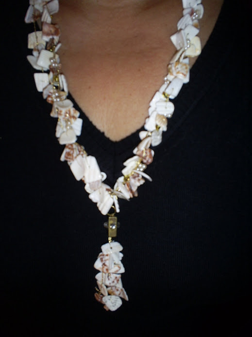 Colar de cascalhos de conchas e perolas minúsculas,com pingente contendo metal e strass