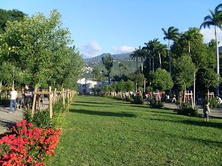 Allée centrale ensoleillée du Jardin de l'État avec montagne en arrière plan