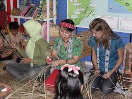 Melestarikan Seni Dayak di Stan Total Indonesia BP Migas